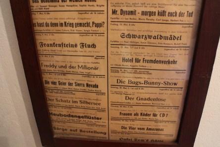 Im Haus der Knödlers hängt ein Programm vom ersten Eichgrabener Kino an der Wand