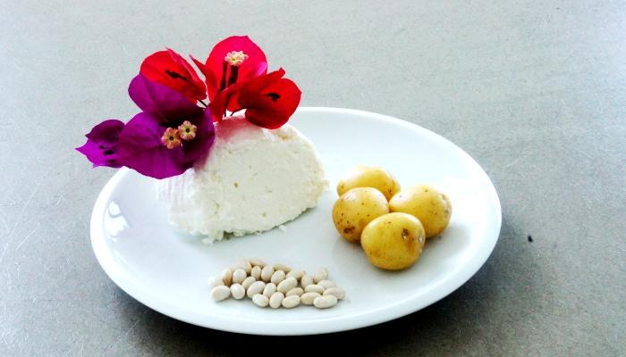 Cera dojrzała i zmęczona będzie wdzięczna za naturalne maseczki z fasoli, ziemniaków lub twarogu