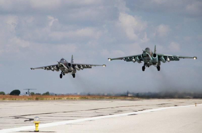 Aviones de apoyo aéreo cercano Su-25 despegando de la base aérea Hmeymim en Siria.