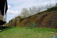Le mur à coté du stade qui a posé problème lors du permis de construire...