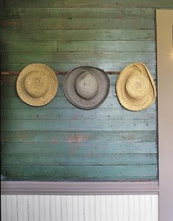 straw-hats-bedroom-htours0506-de