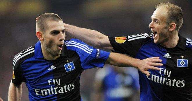 8.4.2010: In der Meisterschaft kriselt der HSV, aber dank Mladen Petric darf auf europäischer Ebene gejubelt werden. In der K.-o.-Phase trifft er in jeder Runde. Praktisch im Alleingang schiesst er im Viertelfinale Standard Lüttich ab. Dank seiner drei Tore – darunter ein formvollendeter Fallrückzieher – steht der HSV nach einer Pause von 15 Jahren schon zum zweiten Mal in Folge in einem Europacup-Halbfinale.
