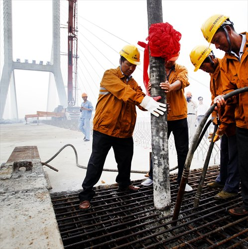 Construction workers complete the last plat for the Chenta Bridge. Photo credit: Yang Hui/Global Times