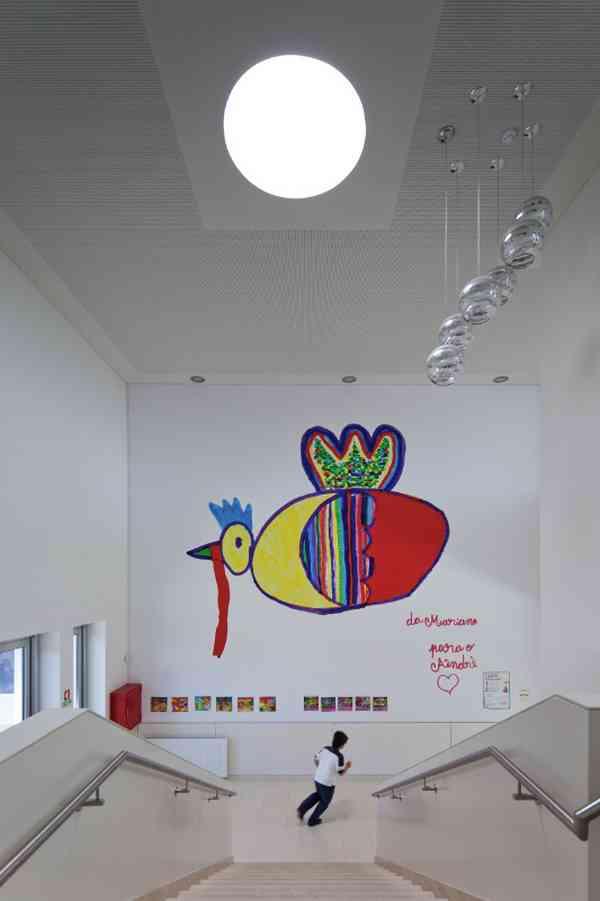 Atrium between floors / Wall Painting- Mariana Fernades