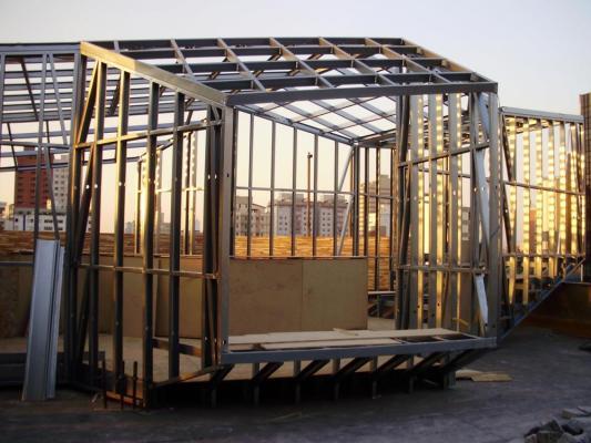 Steelframe montage - window (Image Courtesy BCMF Arquitetos)