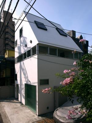 Shape of the house is determined according to the height limit of the Building Standards Law, Image Courtesy © Shinsuke Kera / Urban Arts