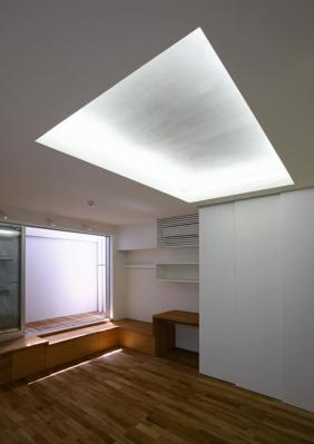 Basement floor living area and light courtyard, Image Courtesy © Shinsuke Kera / Urban Arts