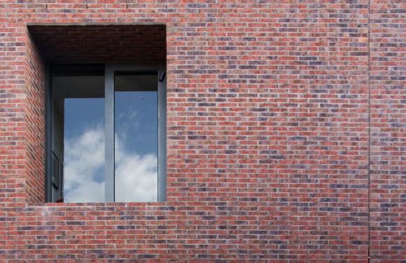 Flush struck brickwork with deep inset windows, Image Courtesy © B.E ARCHITECTURE