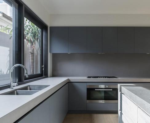 Rear residence kitchen, Image Courtesy © B.E ARCHITECTURE