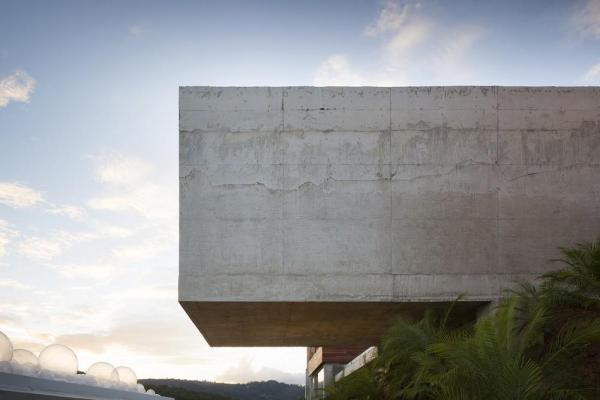Bar view from the side, cantilever spanning 10m over the site's slope, Image Courtesy © Gabriel Castro