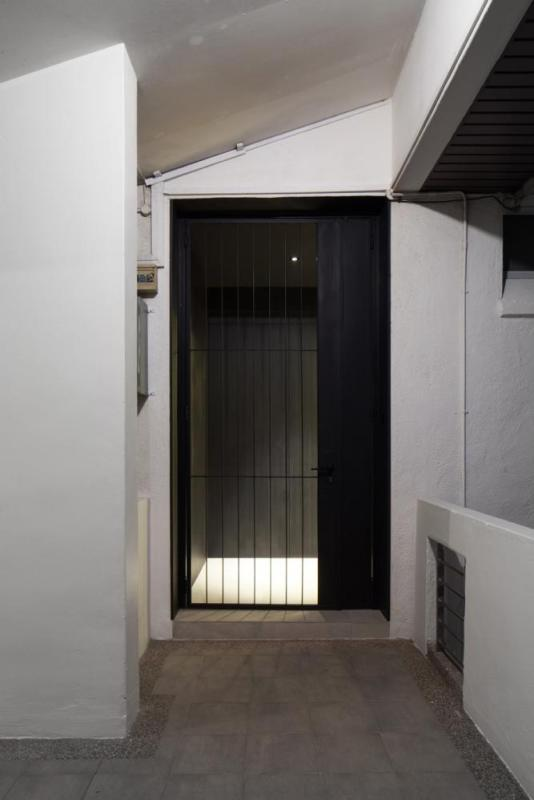 Entering a dimly-lit and dark Foyer, one makes a turn and, Image Courtesy © BETON BRUT