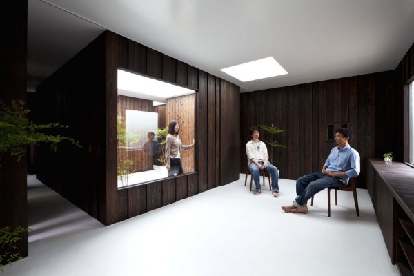 Looking into the courtyard from the Living/Dining room., Image Courtesy © Toshihiro Sobajima