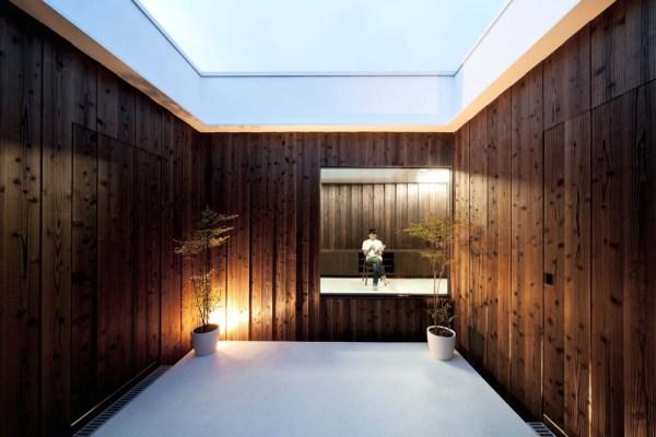 Similar wall finish inside and out, Image Courtesy © Toshihiro Sobajima
