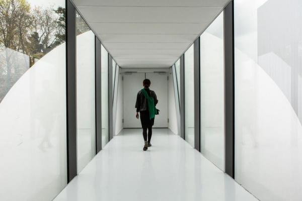 bridge towards auditorium, Image Courtesy © Henny van Belkom