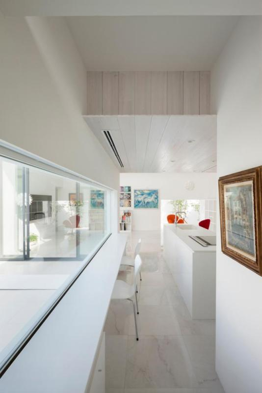 Kitchen and dining area viewed through breakfast counter, Image Courtesy © Hiroshi UEDA