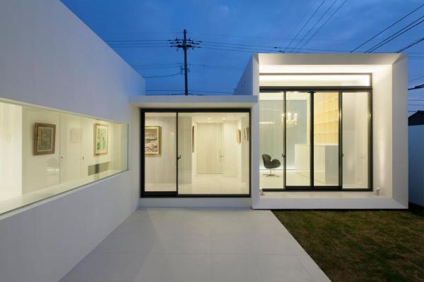 Evening view of kitchen, entrance gallery and studio viewed from living room, Image Courtesy © Hiroshi UEDA