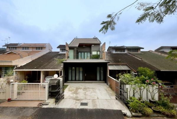 The facelift of a single-storey terrace from the 80's into a double-storey house, Image Courtesy © H. Lin Ho