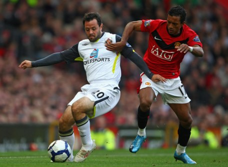 Andy Reid of Sunderland battles for the ball with Nani of Manchester United during the Barclays Premier League match between Manchester United and Sunderland at Old Trafford on October 3, 2009 in Manchester, England.