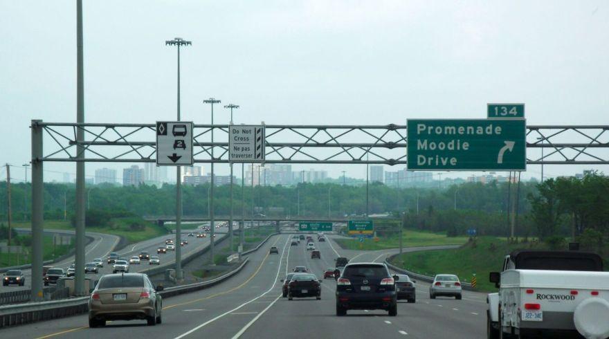 L'autoroute 417 dans l'ouest d'Ottawa.  WikiCommons