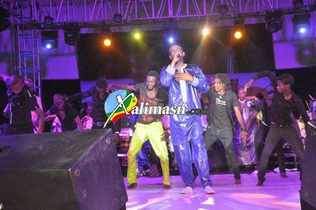youssou chante avec son danseur pape sonko