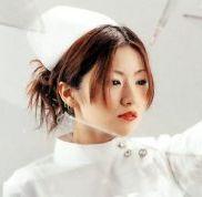 本名は椎名裕美子(しいなゆみこ) 非凡・非日常つまりモード系、美女シンガーソングライター椎名林檎姉さんのことである。