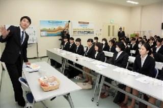 西原村のマルキン食品阿蘇工場を学生が見学