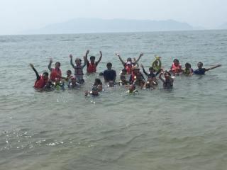 西原村の小学生がボランティア団体の企画で海水浴やキャンプ