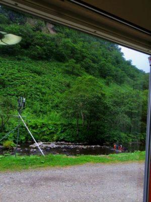 鷲の宿の部屋から。シマフクロウの餌場がすぐ目の前。