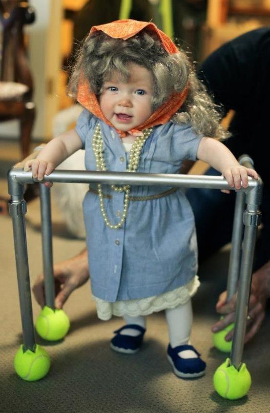 赤ちゃんがお年寄りのコスプレ3