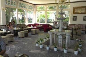 المقهى في تل العرائس