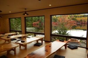 食堂の大窓からは白駒の池が望めます