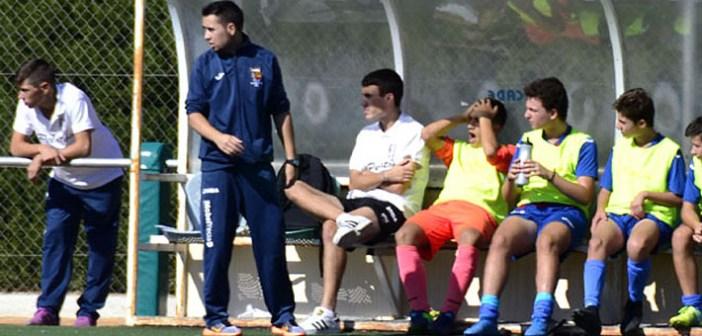 Lozano, a la izquierda, dirigiendo un partido esta temporada / I. Azorín