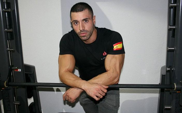 Ortín posa en el gimnasio en el que ejerce como entrenador / Á. Ayala
