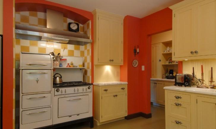Большая светлая кухня с бордовым акцентом на плину