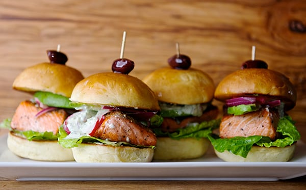 Salmon Sliders with yogurt-cucumber-dill sauce_delicious mini burgers