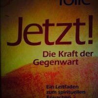 """Glück findet man weder in der Vergangenheit noch in der Zukunft! Leben im """"JETZT""""! Ein transformierendes Buch von Eckhart Tolle"""