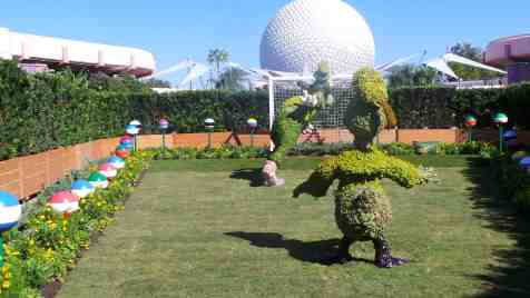 The Goofy and Donald garden topiary photo op