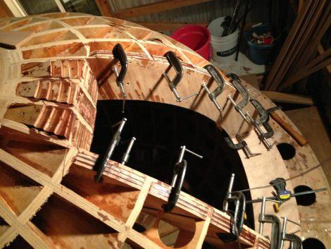 Chris Robinson z Palo Alto staví na svém dvoře loď proti tsunami