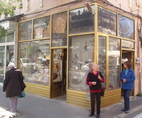 החנות ברחוב הרצל פינת סימטת בית הבד. קיימת מאז 1925.