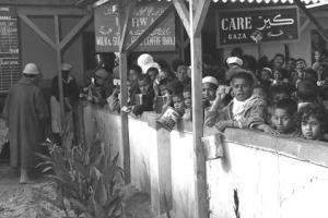 אונרא מחלק חלב לפליטים בעזה ב-1057. הוא ממשיך לחלק להם מזון גם ב-2009
