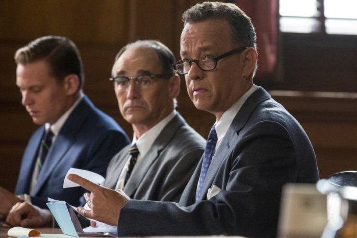 Tom Hanks (rechts) als Donovan; Mark Rylance (Mitte) als Abel. (Bild: zVg)