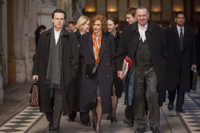 Deborah Lipstadt (Rachel Weisz) mit ihrem britischen Team. (Bild: zVg)