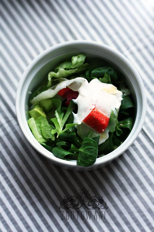 blyskawiczna-salatka-z-surimi-i-roszponka-2
