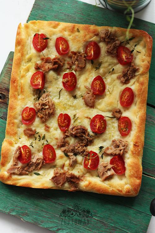 focaccia-z-pomidorkami-i-pikantna-papryczka-oraz-tunczykiem-1