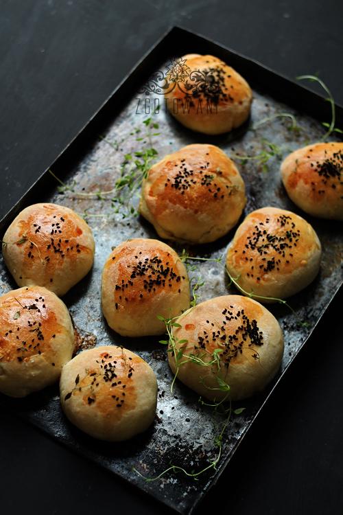 drozdowe-buleczki-z-pieczarkami-mozzarella-i-pomidorem-6