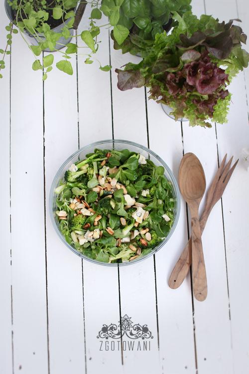 salatka-z-brokulami,-roszponka,-orzechami-i-serem-plesniowym-3