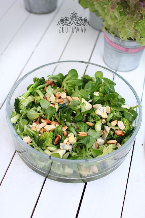 salatka-z-brokulami,-roszponka,-orzechami-i-serem-plesniowym-6