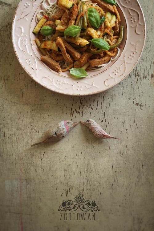 massaman curry z makaronem chow mein i wieprzowina 1