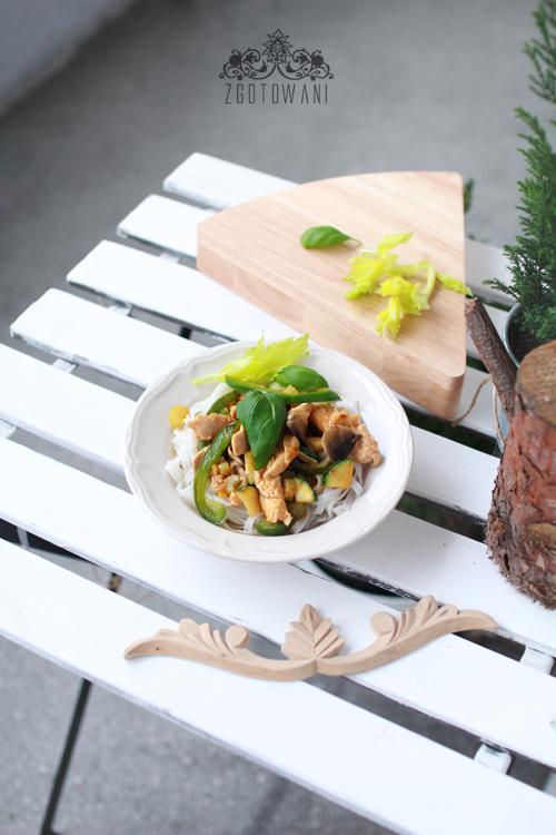 makaron ryzowy z kurczakiem, mleczkiem kokosowym i warzywami 5