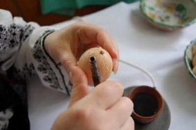 """Ateliere speciale de """"împistrtit ouă"""" la Muzeul de Istorie Locală și Etnografie de la Brad"""